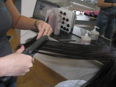 кератиновое выпрямление волос - работа утюжком